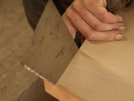 001、チェリーの面材を手鋸で切る.jpg