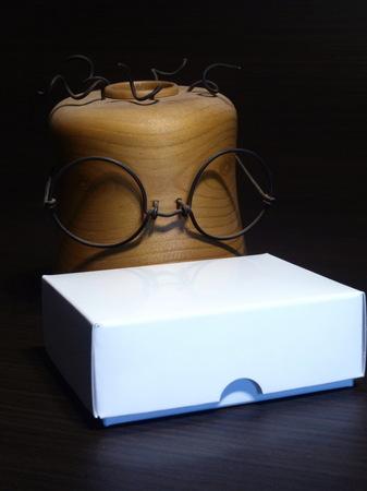 001、教授とパッケージ.jpg