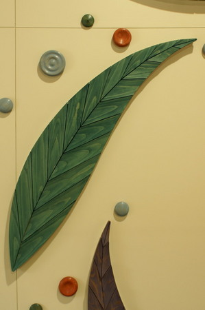 003、置戸小学校、木のレリーフ「循」葉ーF.jpg