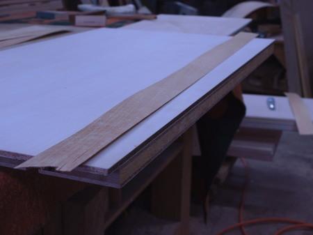 005、厚単板にゴムノリを塗る.jpg