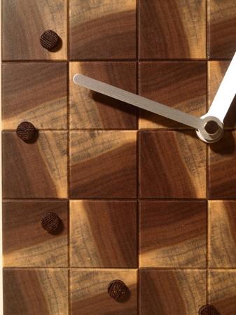034、木口寄木の時計「つむぎ」ウォールナットの置き時計.jpg