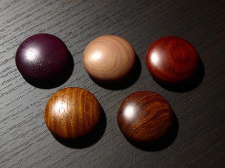 052、赤系の銘木のマグネット−5.jpg