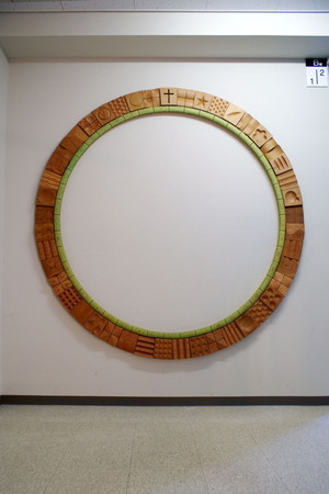 001、北星学園、木のレリーフ「環」.jpg
