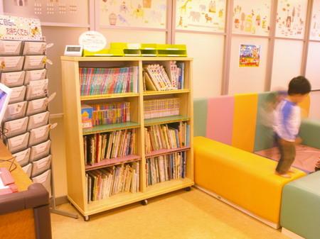 006、遊び場と本棚ー2.jpg