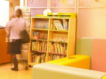 007、のえる小児科の本棚.jpg
