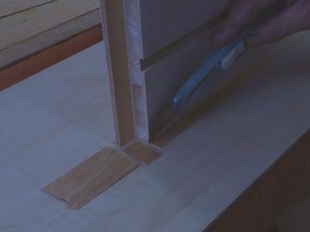 008、カ厚単板をカッターで切る.jpg